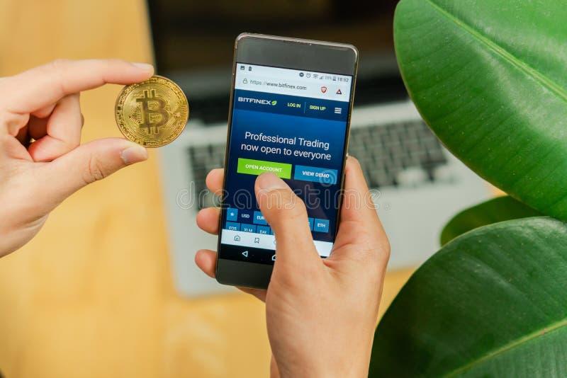 Schimb Cryptocurrency Smartphone Binance HitBTC, smartphone, binance, Bitcoin png