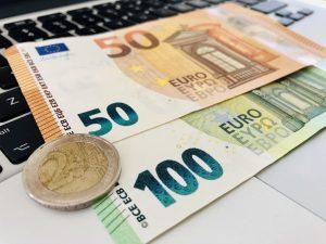 Cum să faci bani: Este realist pentru un elev de ani să câștige bani în timp ce stă acasă?