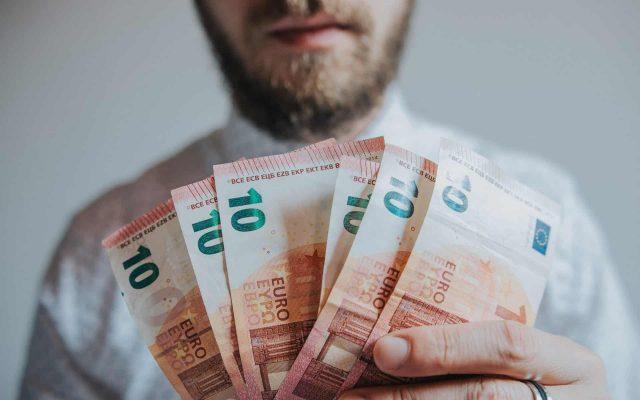 al cărui scop este să câștige mai mulți bani)
